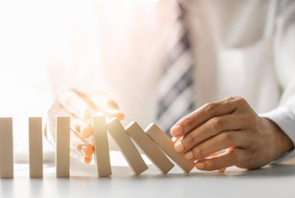 A gestão de riscos é necessária em qualquer empresa e toda organização que planeja preventivamente suas iniciativas deve ter um plano de contingência.